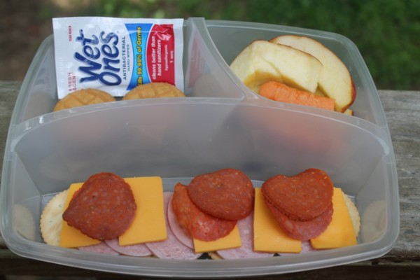 Stop sending the same old boring PB&J. Think outside the sandwich bag with these 10 non-sandwich school lunch ideas for kids (and moms too!).