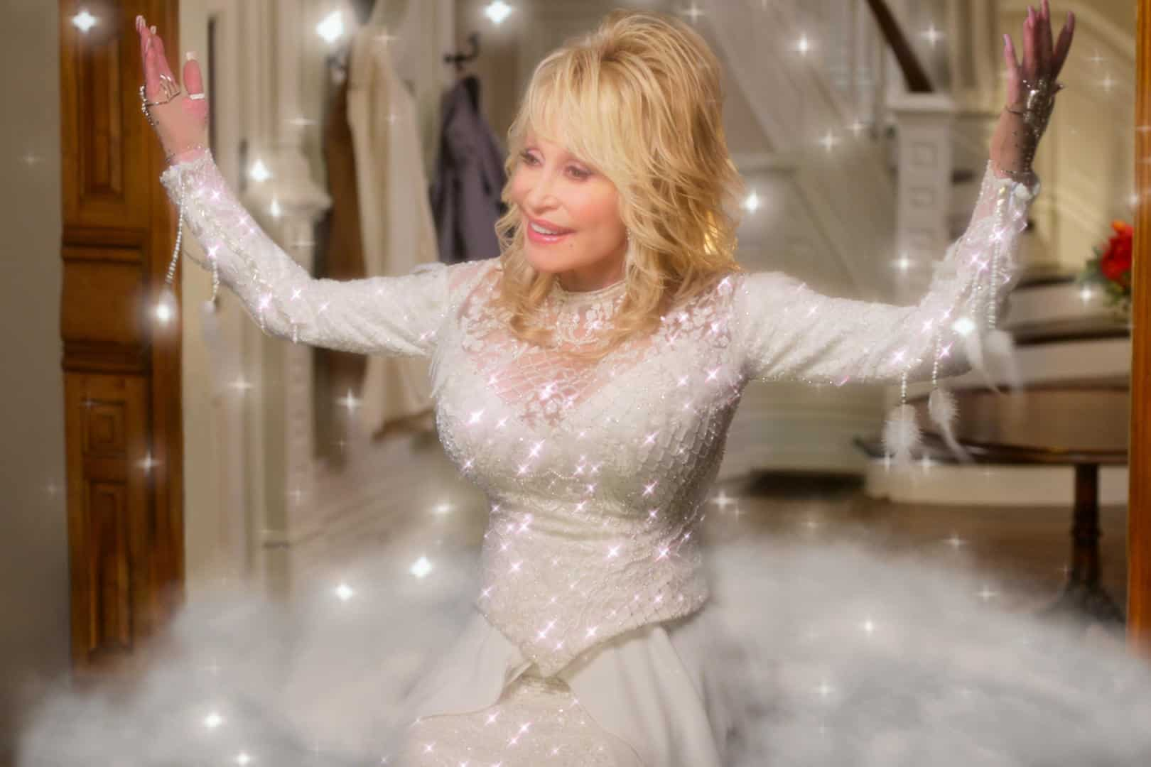 DOLLY PARTONÕS CHRISTMAS ON THE SQUARE (L to R) DOLLY PARTON as ANGEL in DOLLY PARTONÕS CHRISTMAS ON THE SQUARE Cr. COURTESY OF NETFLIX © 2020