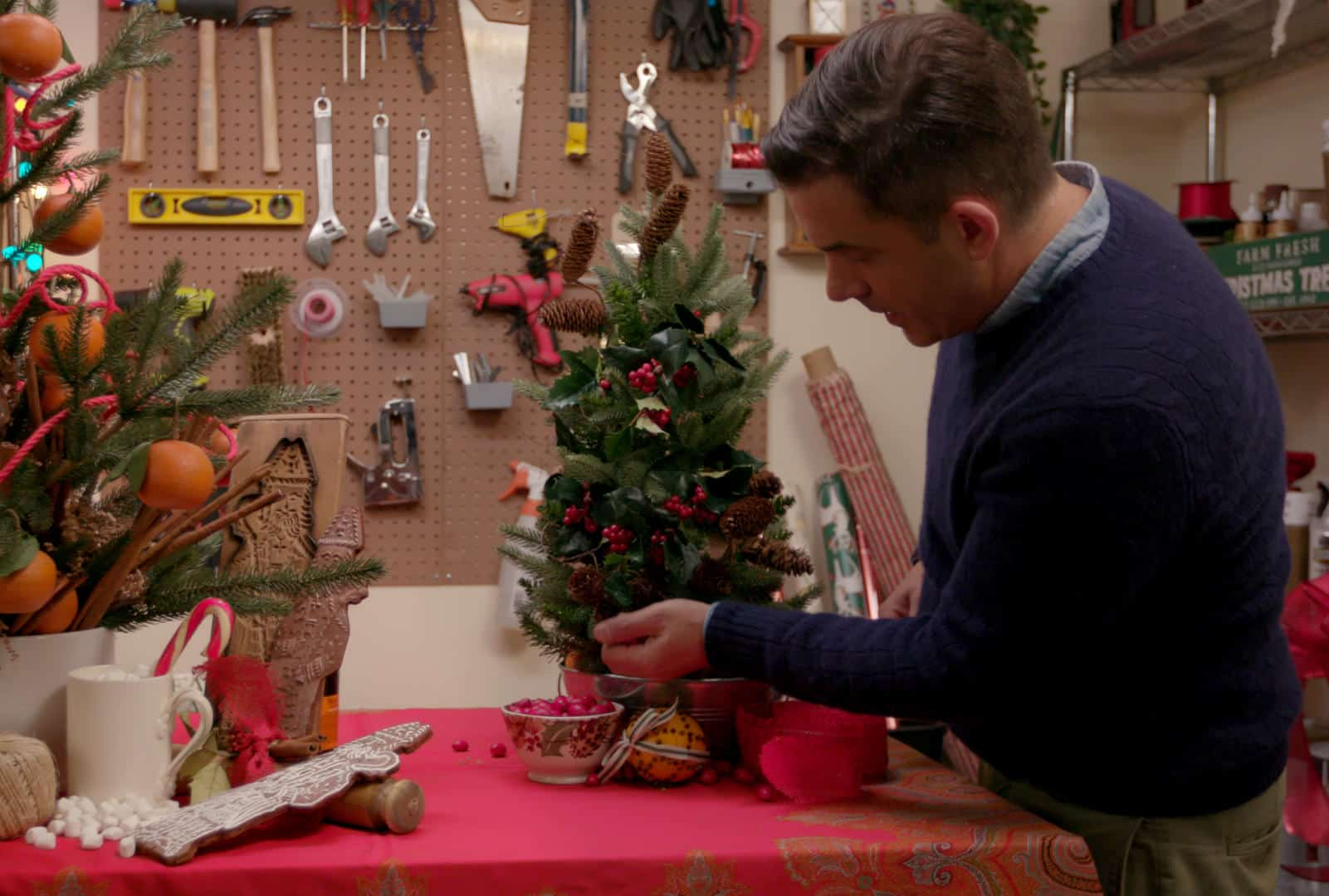 HOLIDAY HOME MAKEOVER WITH MR. CHRISTMAS - Benjamin Bradley in Episode 2 of HOLIDAY HOME MAKEOVER WITH MR. CHRISTMAS. CR. Courtesy of Netflix/©NETFLIX 2020
